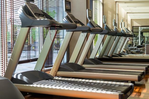 Machines de tapis roulant d'affilée dans la salle de sport