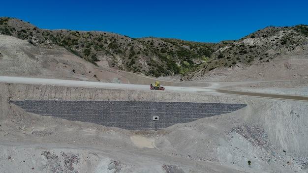 Machines travaillant sur la construction de routes amérique latine