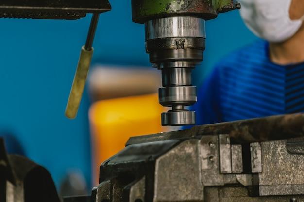 Machiniste professionnel travaillant avec une fraiseuse dans une usine métallurgique