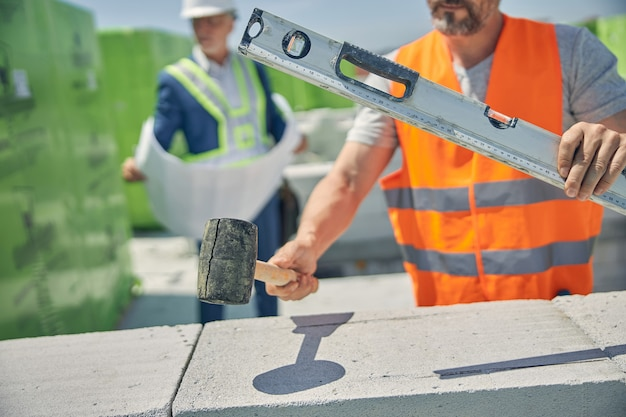 Un maçon et un ingénieur civil travaillant ensemble sur un chantier de construction