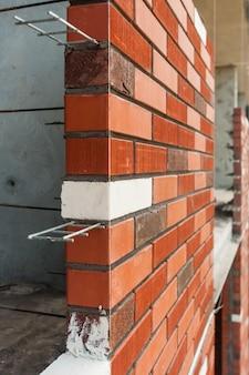 Maçonnerie en brique brune d'une nouvelle maison