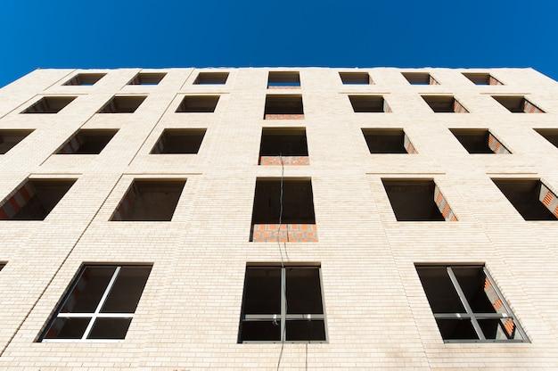 Maçonnerie en briques blanches sur fond de ciel bleu