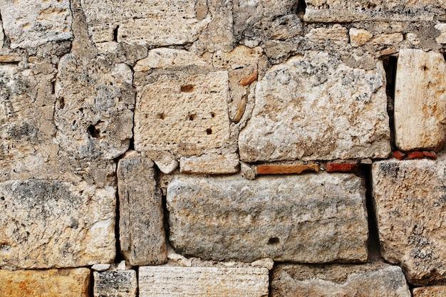La maçonnerie brute de gros blocs d'une structure ancienne, comme la texture d'un mur de pierre de grands blocs.
