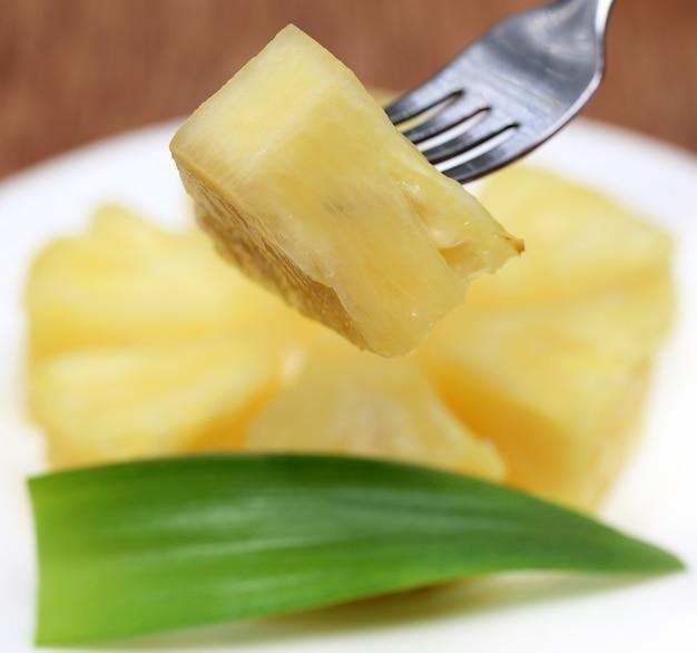 Macro d'ananas en tranches avec fourchette