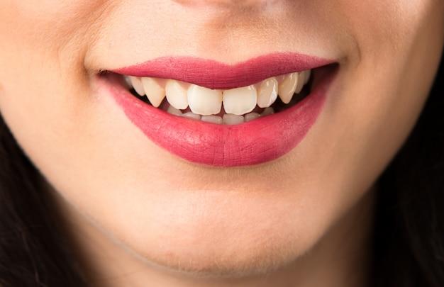 Macro - bouchent les lèvres de l'heureuse jeune femme