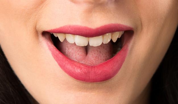 Macro - bouchent les lèvres de la jeune femme en faisant un geste surprise