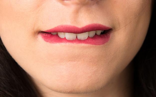 Macro - bouchent les lèvres de la jeune femme sexy