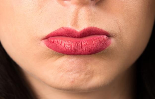 Macro - bouchent les lèvres d'une jeune femme triste