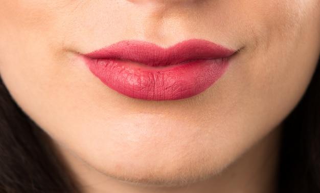 Macro - bouchent les lèvres de la jeune femme