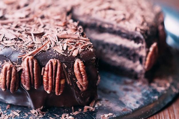 Macro cake au chocolat avec noix, chips, glaçage foncé