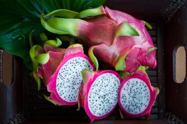 Macro de fruit du dragon, entière et hachée. nature morte. fruits exotiques