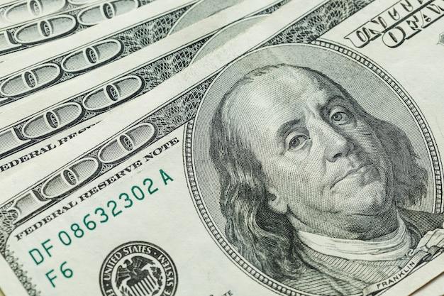 Macro gros plan du visage de ben franklin sur le dollar américain 100