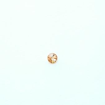Macro minéral de pierre de cristal jaune, cristaux de quartz d'améthyste rugueux violets, cristaux de stabilité rugueux rouges pour bijou, belle améthyste. gros plan de pierres précieuses de carbonate de quartz sur fond texturé blanc