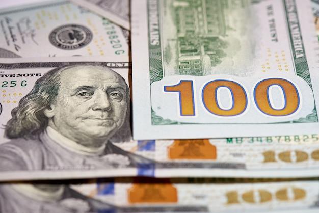 Macro de papier-monnaie américain valant cent dollars, le nouveau projet de loi américain.