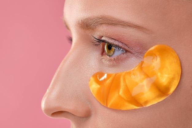 Macro photo d'un oeil avec masque pour la peau autour des yeux
