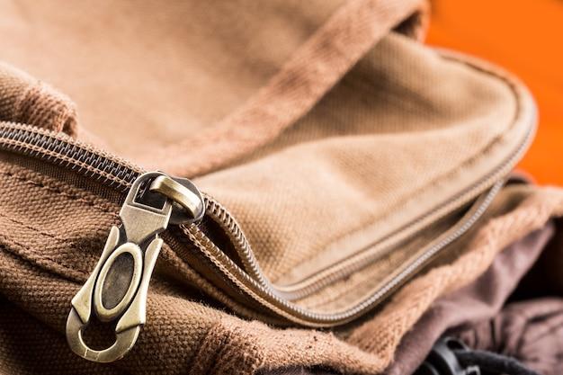 Macro de sac marron avec fermeture éclair ouverte