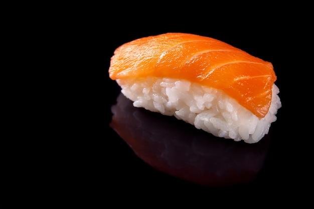 Macro shot de sushis sur fond noir