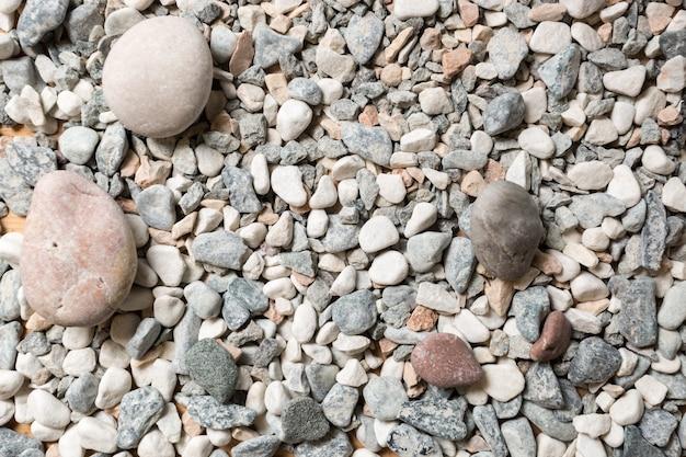 Macro texture de cailloux colorés se trouvant sur le bord de mer
