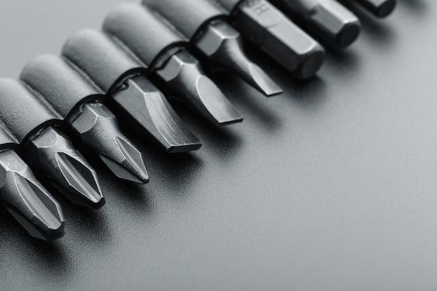Macro-vision des embouts de tournevis sur gris