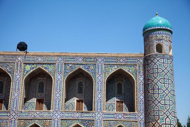 Madrasah tillya-kari décorée de mosaïques sur la place du registan à samarkand, ouzbékistan. 29.04.2019