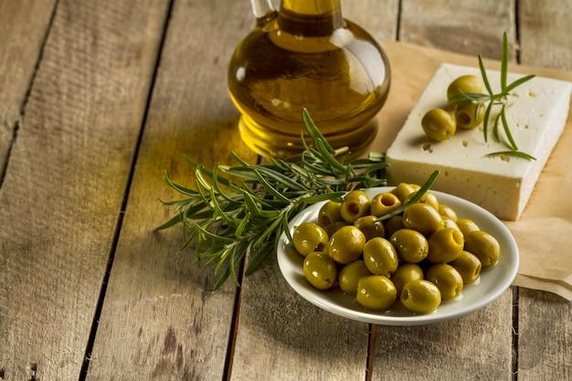 Madriers avec des olives et de l'huile d'olive