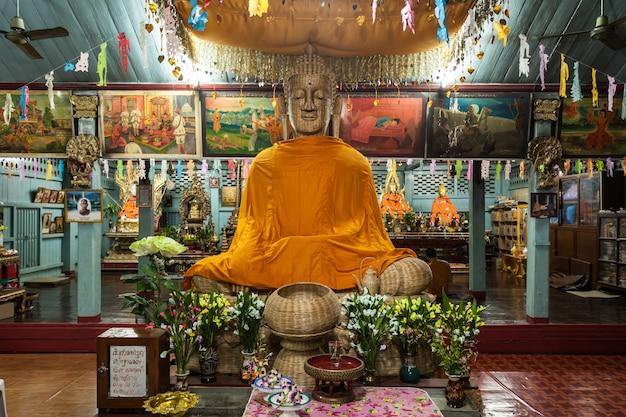 Mae hong son, thalande - 31 octobre 2014 : intérieur du temple wat chong klang (kham), mae hong son, thaïlande.