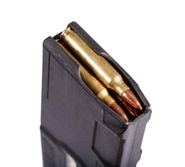 Magasin d'armes à feu avec isolat de munitions sur blanc. macrophotographie