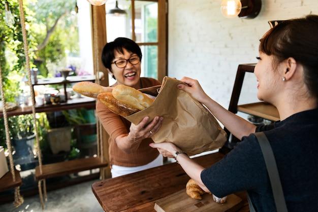Magasin boulangerie pâtisserie boulanger pétrir cuire