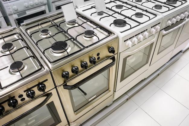 Magasin d'électroménager, rangée de cuisinières à gaz