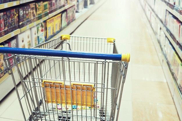 Magasin de jouets, librairie, articles ménagers et ménagers. chariot de caddie vide dans l'arrière-plan intérieur du centre commercial