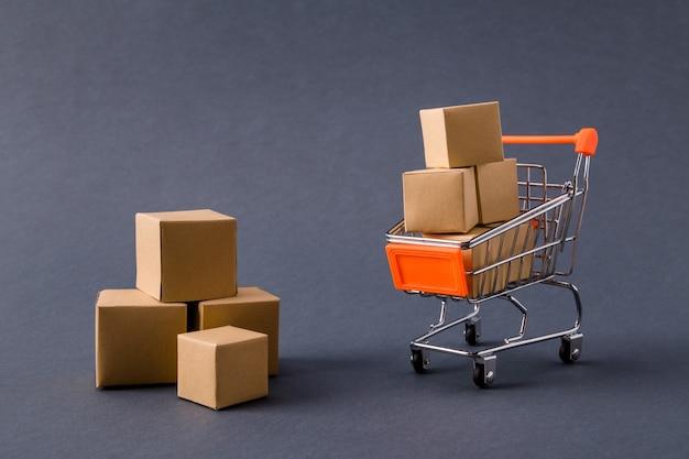 Magasin pushcart transportant des boîtes en carton