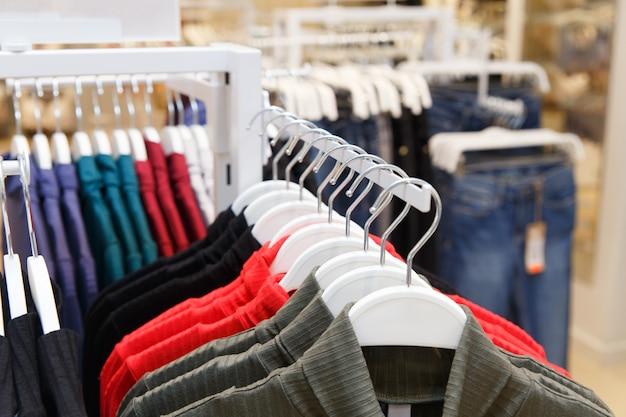 Magasin de vêtements avec des vêtements