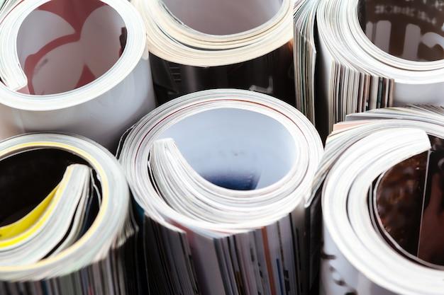 Magazine brillant avec des pages roulées