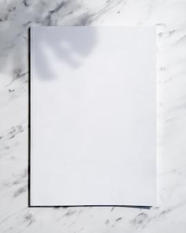 Magazine de maquette vue de dessus avec fond blanc