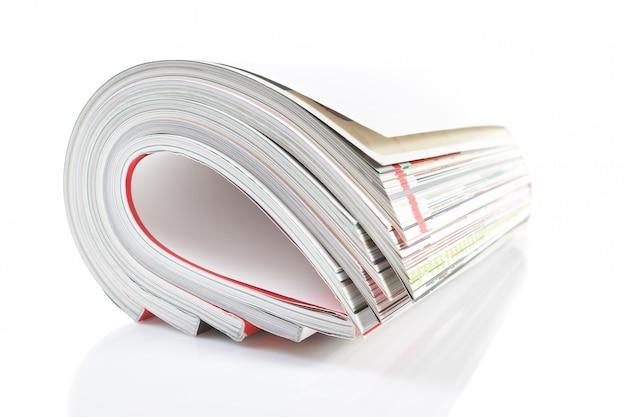 Magazine mensuel du groupe. gros plan sur un mur blanc.