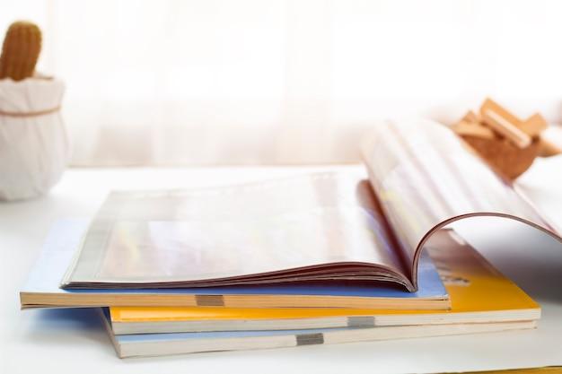 Magazine ouvert allongé sur la table