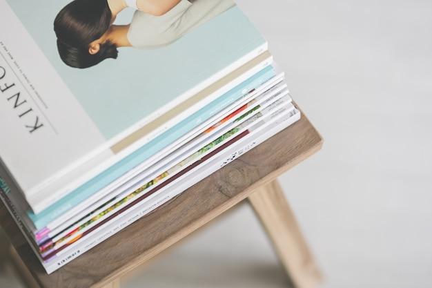 Magazines sur une chaise en bois