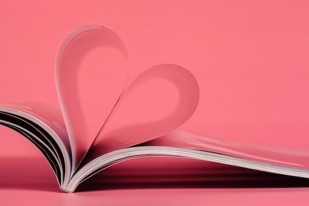 Magazines sur fond rose.