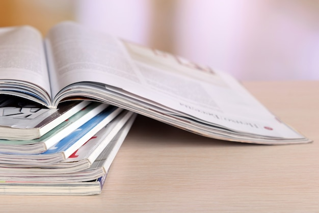 Magazines sur table en bois