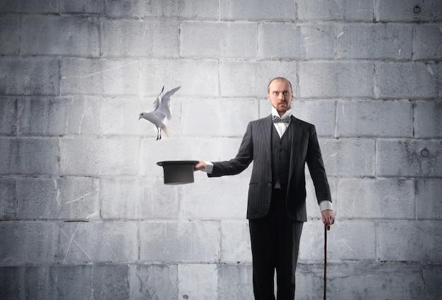 Magicien conjure un pigeon