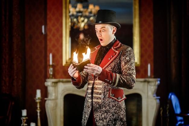 Magicien élégant montre la concentration avec le feu