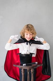 Magicien enfant avec lapin mignon.