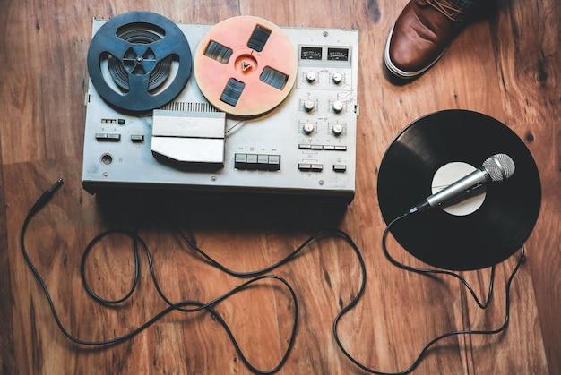 Magnétophone à bobines avec microphone. musique rétro. soirée disco.