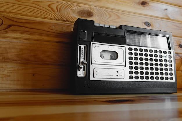 Magnétophone à cassettes radio design rétro oldschool sur table en bois.
