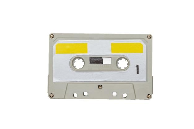 Magnétophone rétro gris-jaune isolé sur une surface blanche