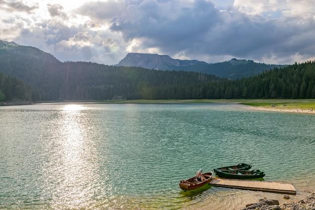 Le magnifique black lake est situé dans le parc national de durmitor au nord du monténégro