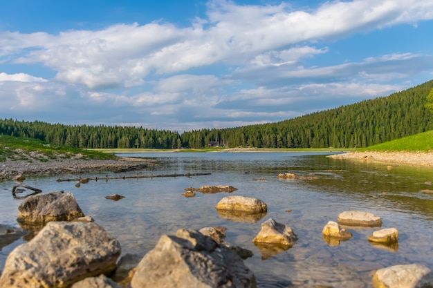 Le magnifique black lake est situé dans le parc national de durmitor, au nord du monténégro.