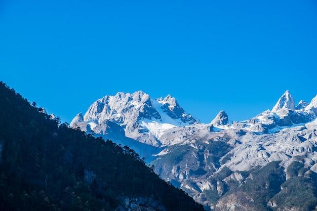 Magnifique de blue moon valley, point de repère et endroit populaire pour les attractions touristiques à l'intérieur de la région pittoresque de la montagne de neige du dragon de jade (yulong), près de la vieille ville de lijiang. lijiang, yunnan, chine