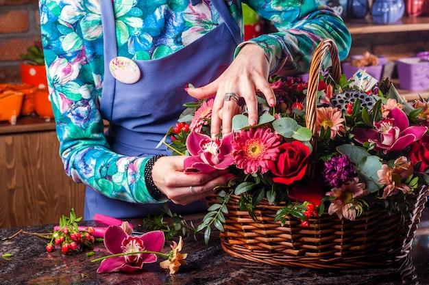 Un magnifique bouquet de fleurs. panier de fleurs.