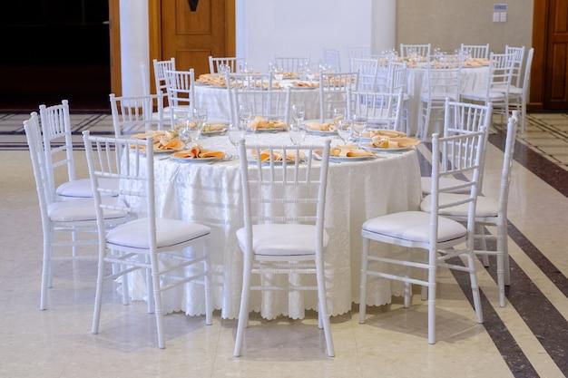 Magnifique chaise de mariage et table pour un dîner raffiné
